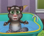 Baby Talking Tom in der Badewanne